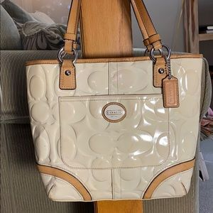 💕 Coach creme patent leather large tote 💕